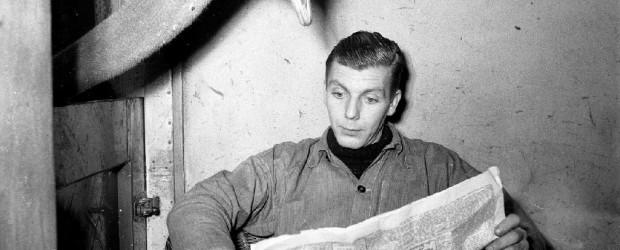 Artis struisvogel leest krant van oppasser / Ostrich reads newspaper of caretaker